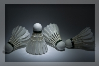Badmintons, tā ir spēle ar raketi un bumbiņu